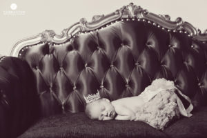 newborn-sleeping-baby-on-couch-photography
